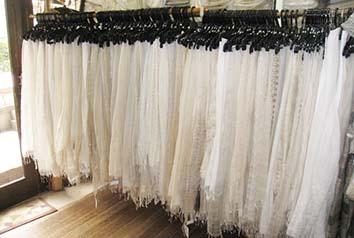 生成のシルク素材を中心に、コットン、ウール、リネン、など、天然素材を中心とした布および各素材類を350種類以上取り揃えています。